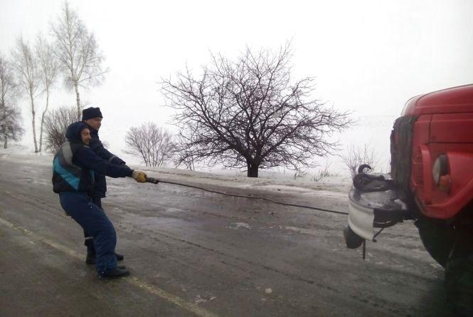 На Хмельниччині через негоду з дороги знесло вантажівку