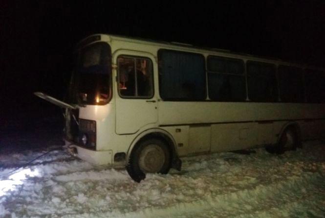 На Хмельниччині у сніговому заметі застряг автобус з пасажирами