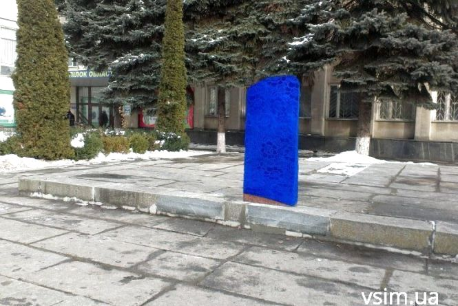 Хмельницькі комунальники обмотали шторою пам'ятний знак героям Небесної сотні