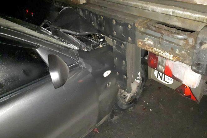 У Хмельницькому «Daewoo» в'їхав у вантажівку. Водій в лікарні