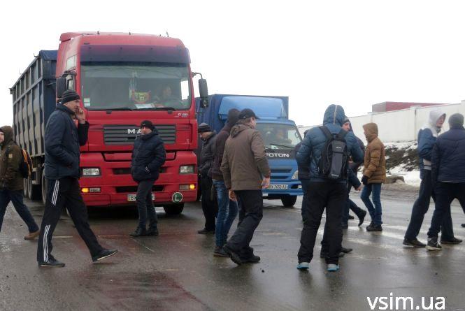 """На Західно-Окружній """"пересічники"""" перекрили рух транспорту"""