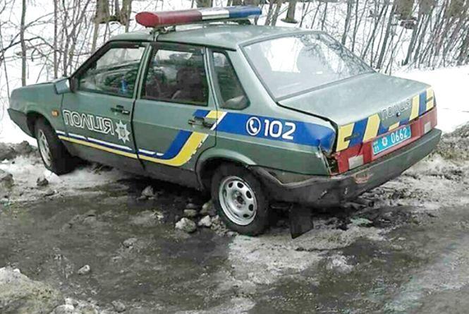 Біля Хмельницького фургон врізався у поліцейську автівку. Вони в той час оформляли ДТП