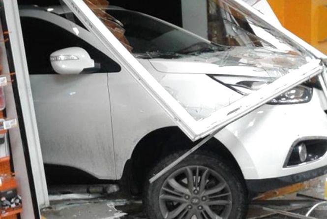 """П'яні за кермом: у Шепетівці """"Hyundai"""" влетів в автозаправку"""