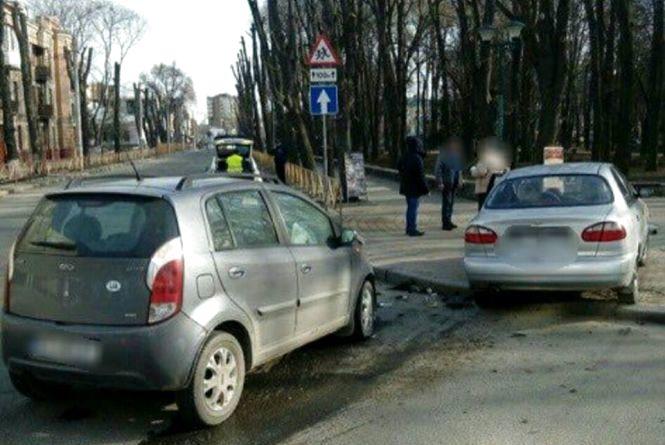 """На Грушевського """"Daewoo"""" врізався в іномарку, збив знак і наїхав на пішохода"""