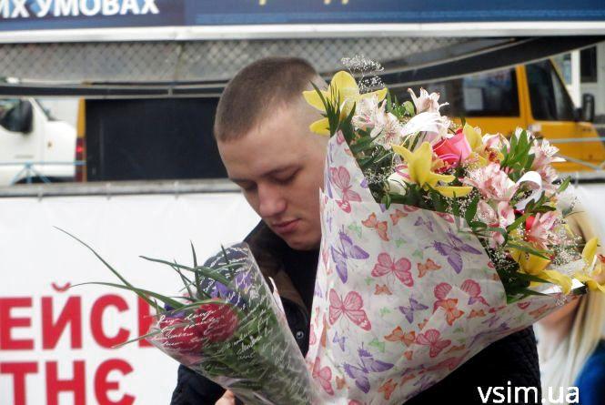 Святковий бум: хмельничани «штурмують» палатки з квітами і подарунками (ФОТО)