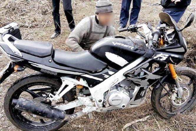 На Хмельниччині чоловіки вкрали мотоцикл і закопали його на сміттєзвалищі