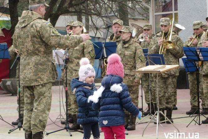 У центрі міста хмельничан розважав військовий оркестр (ВІДЕО)