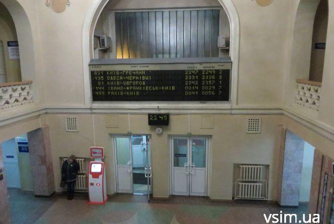В приміщенні хмельницького залізничного вокзалу військовий стріляв по стінах