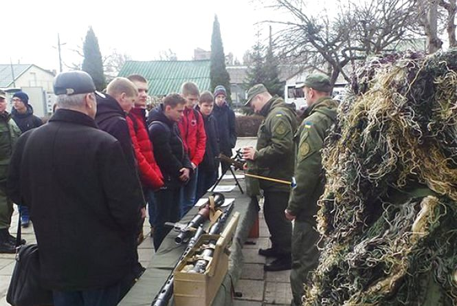 Зброя і собаки: хмельницькі школярі гуляли військовою частиною (ФОТО)