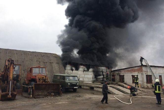 На Львівському шосе горять складські приміщення (ФОТО)