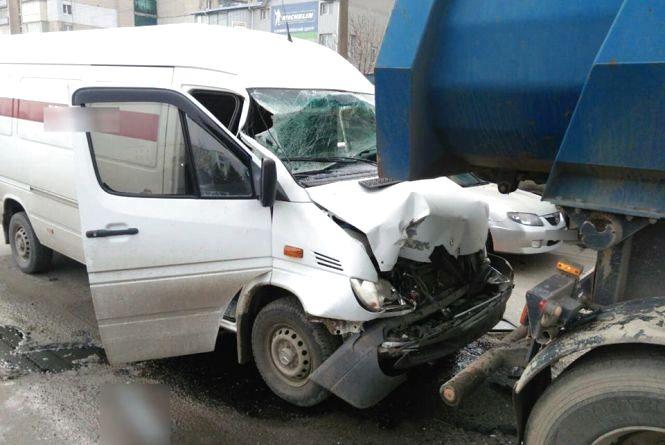 """На Виставці """"Mercedes"""" врізався у вантажівку. Водія мікроавтобуса госпіталізували"""