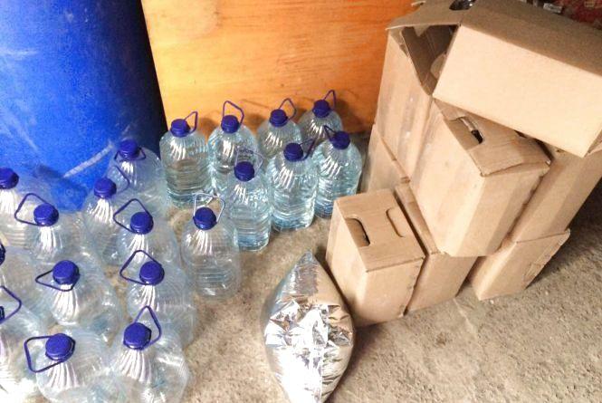В гаражі у Хмельницькому знайшли більше 2000 літрів фальсифікату