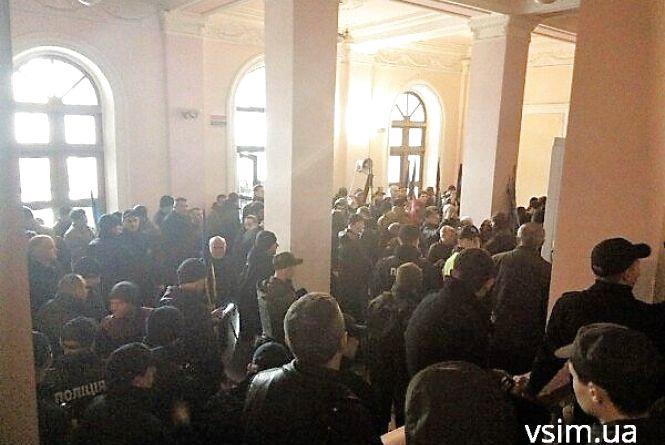 """""""Свободівці"""" перебралися в хол Будинку рад. Вимога та сама - закрити провадження проти Бурлика"""