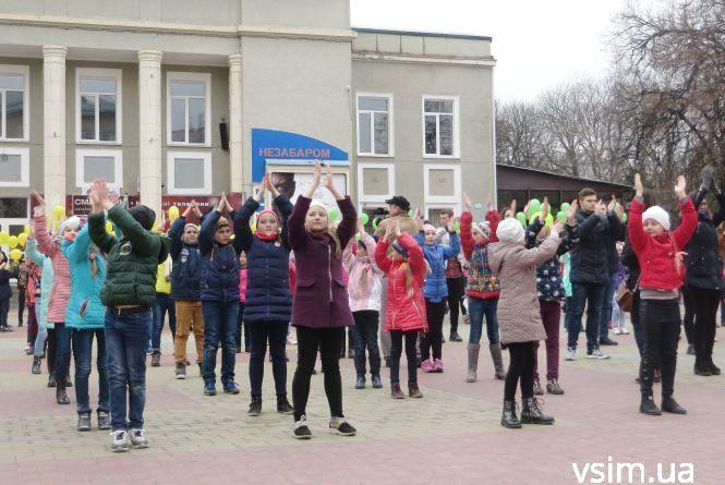 150 хмельницьких школярів влаштували флешмоб на Проскурівській