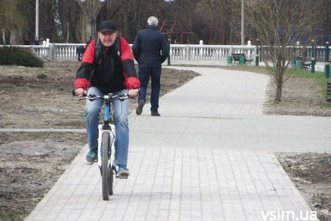 На першій велодоріжці у парку Чекмана вже катаються хмельничани (ФОТО)
