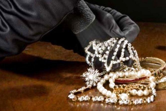 У жительки Шепетівки викрали золото, срібло та документи