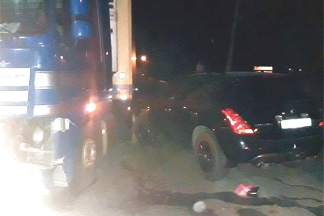 Двох жителів Кам'янця, які ремонтували авто на узбіччі, збила фура