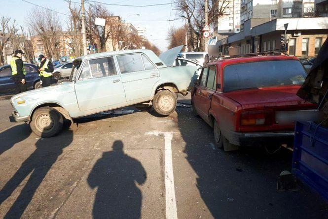 """У центрі Хмельницького зіткнулись три автівки. """"ВАЗ"""" проїхався на капоті (ВІДЕО)"""