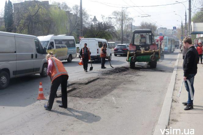 Фото дня: біля філармонії ремонтують дорогу