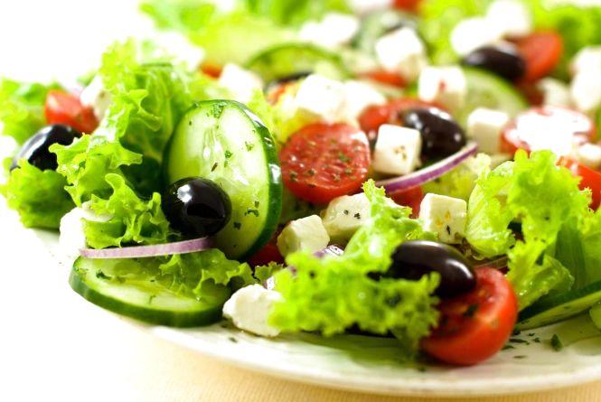 ТОП-7 рецептів салатів, які прикрасять великодній стіл