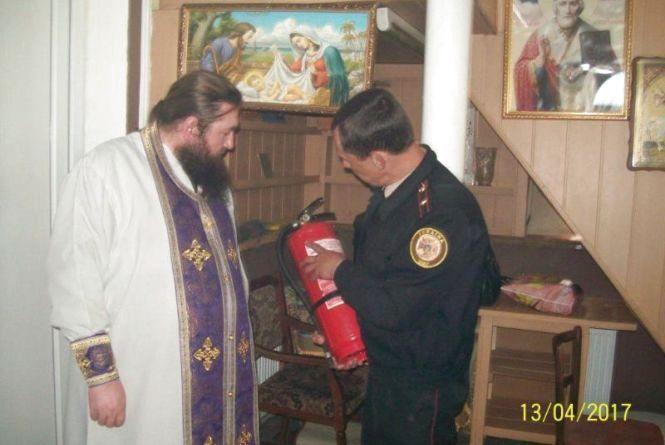 Хмельницькі рятувальники закликають бути обережними зі свічками та лампадками