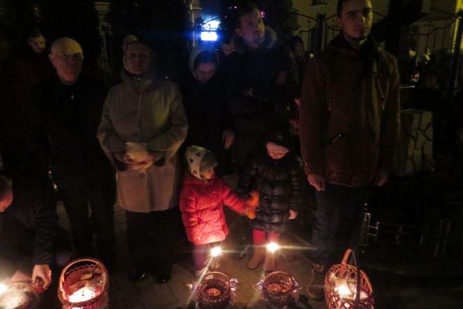 Після нічної Великодньої служби хмельничани посвятили паски і крашанки