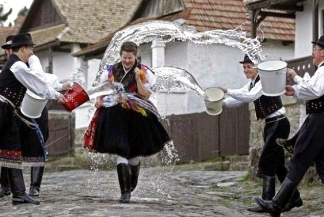 В Обливаний понеділок поливають дівчат водою та відвідують близьких