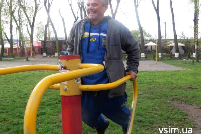 """Так тримати! 55-річний Андрій робить розтяжку і радить займатись спортом через """"не можу"""""""