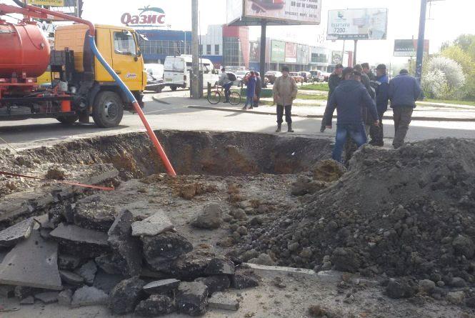 """В центрі Хмельницького затори: біля """"Оазису"""" міняють водопровід"""