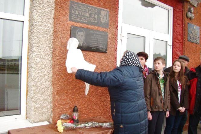 В Ізяславському районі відкрили меморіальну дошку загиблому атовцю