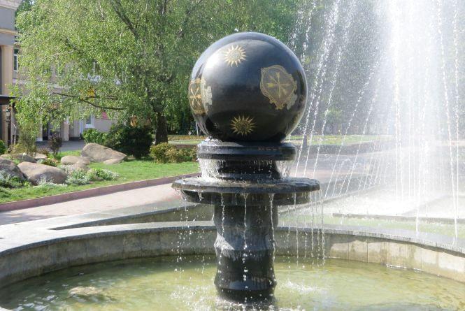 У сквері Шевченка нарешті увімкнули фонтан-кулю