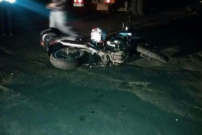 На Старокостянтинівському шосе чоловік на мотоциклі влетів у бордюр