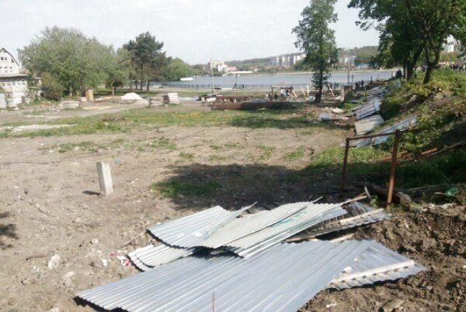 """Комунальники знесли паркан на Кам'янецькій, де хочуть будувати """"хмарочос"""""""