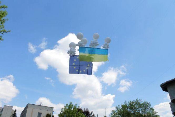У Хмельницькому безвіз відзначили підняттям прапора ЄС