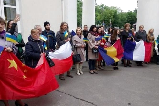 Працівники культури співали гімн із прапорами