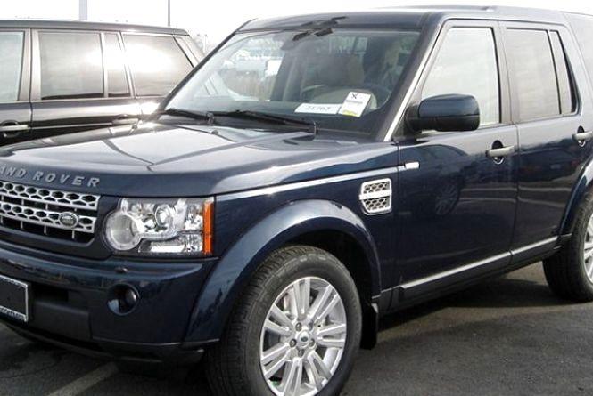 """На Соборній """"Land Rover"""" перекрив в'їзд до будинків. Водія оштрафували"""