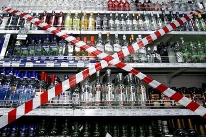 У Раковому п'яний покупець погрожував побити, якщо йому не продадуть спиртне