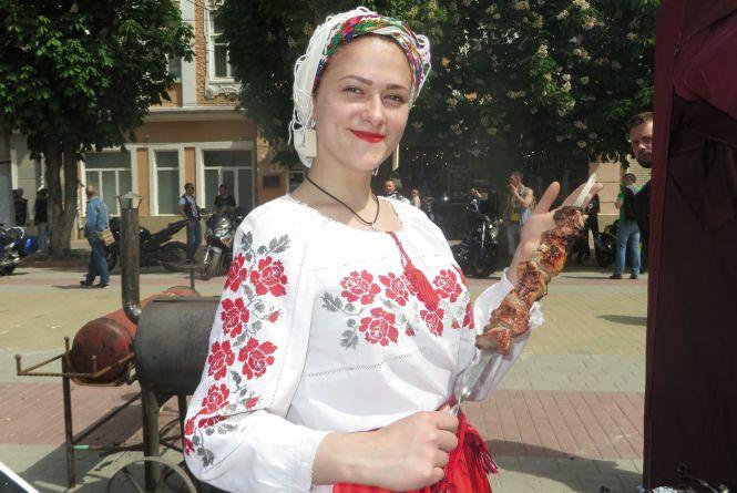 Мамалига, паелья і креветки: чим пригощали хмельничан у центрі Хмельницького