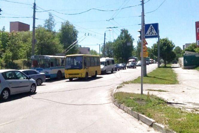 Тролейбуси з Озерної не можуть виїхати через обірвані лінії