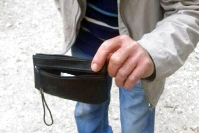 Обійняв і витягнув гроші: у Віньківцях чоловік поцупив гаманця у своєї троюрідної сестри