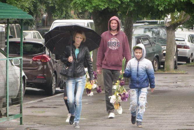 Хмельницькі школярі у дощ скупляють букети і біжать на останній дзвоник