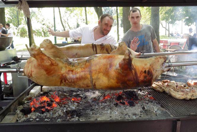 Свиня на грилі і чіабата: хмельничан частували проскурівськими смаколиками