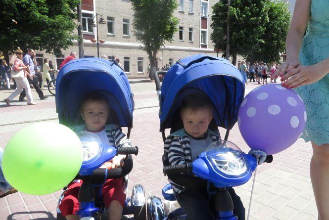 Однакові чи різні: як хмельничани вдягають дітей-близнюків