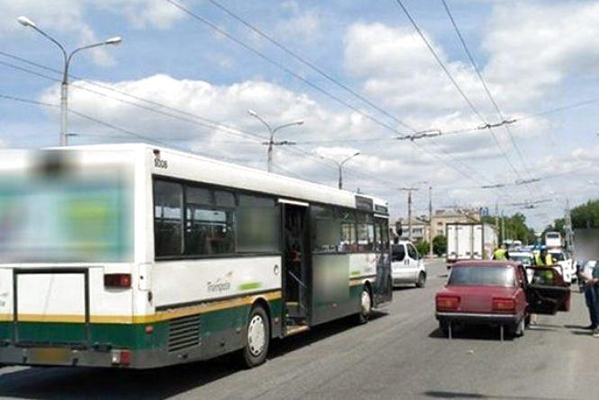 У Хмельницькому п'яний водій «ВАЗу» в'їхав в автобус з пасажирами