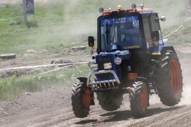 У Теофіпольському районі трактор врізався в іномарку