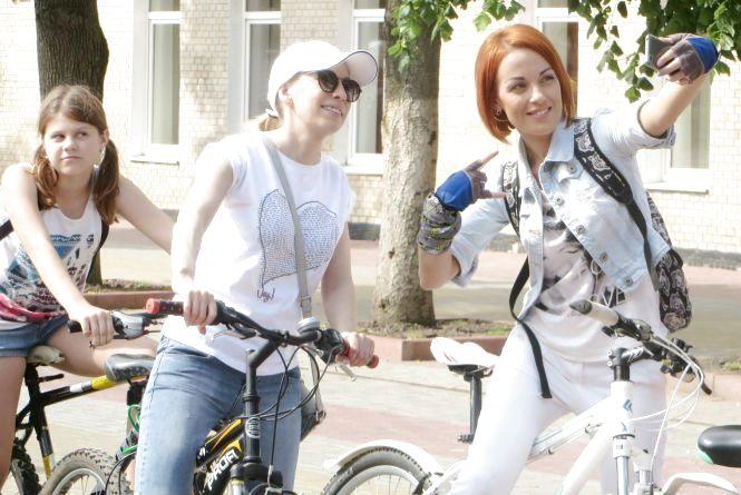 """""""Білий"""" велопарад: як хмельничанки на двоколісних катались центральними вулицями"""