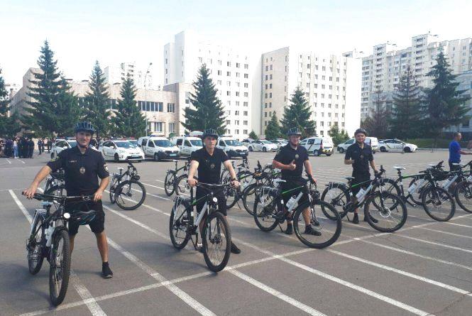 З парти - за велосипед: чому хмельницькі копи навчились в канадців