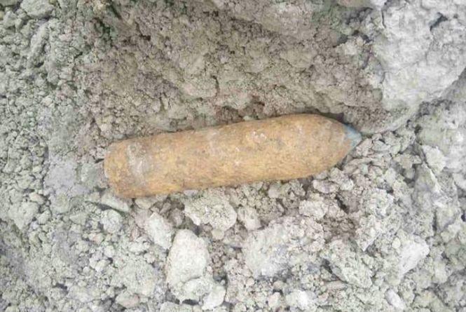 На Хмельниччині знайшли снаряди, міни та гранату воєнних часів