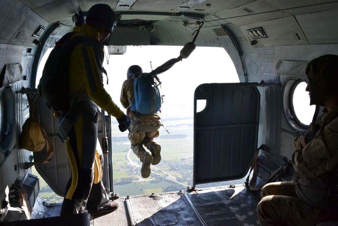 Як хмельницькі спецпризначенці стрибали з парашутом (ФОТО)