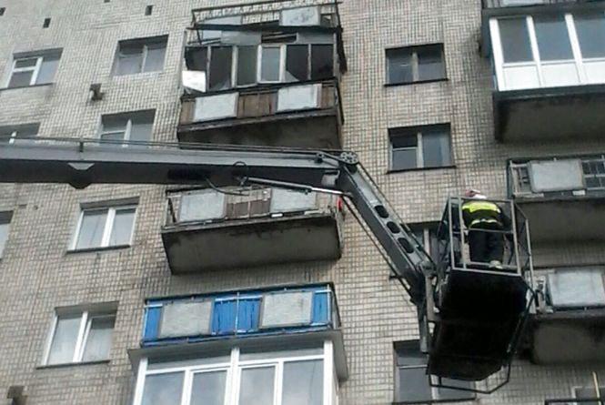 У багатоповерхівці на Старокостянтинівському шосе з балкону повилітали шибки